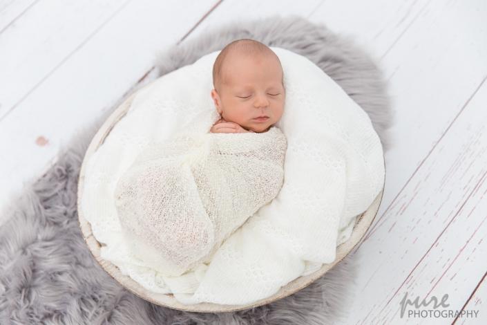 Newborn Fotoshooting, Neugeborenenshooting Graz, Baby in Schale, Babyshooting Steiermark