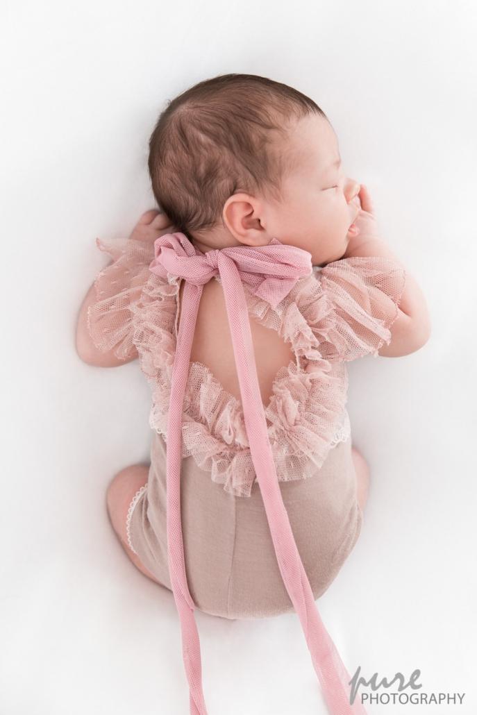 Bauchpose, rosa Spitzen, Shootingoutfit, Baby Fotos Graz, Babyfotograf Steiermark